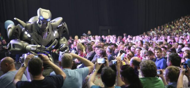 Titan-crowd-1024×476