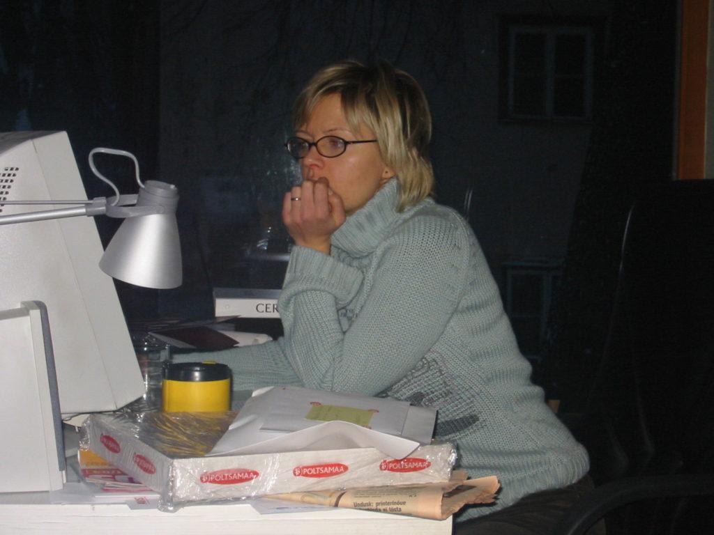 computer-office desk-15 aastat nälga